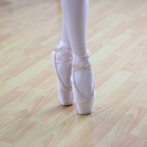 タンデュとは?バレエ初心者必見やり方とポイント|NOAバレエスクール